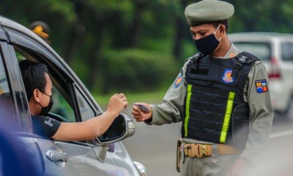 Foto menunjukkan petugas melakukan pemeriksaan kendaraan bermotor