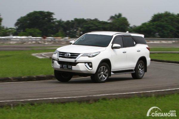 Foto Toyota Fortuner VRZ 2016 menikung
