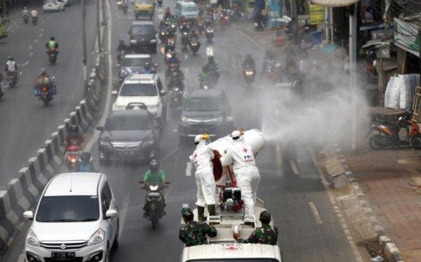 Gambar penyemprotan disinfektan di jalan