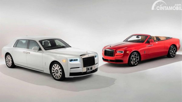 dua mobil Rolls-Royce berwarna putih dan merah