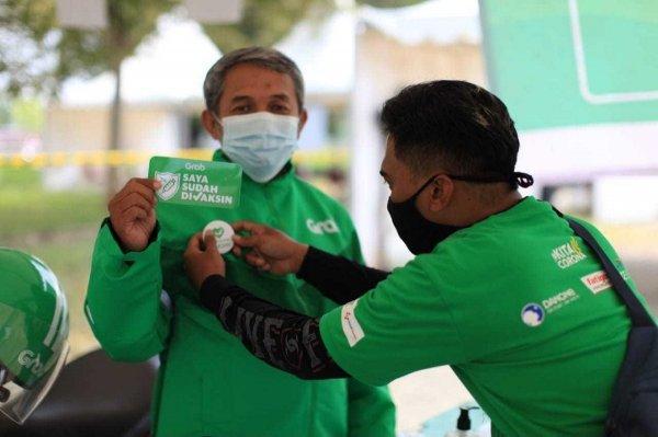 Gambar menunjukan pengemudi grab telah di vaksin