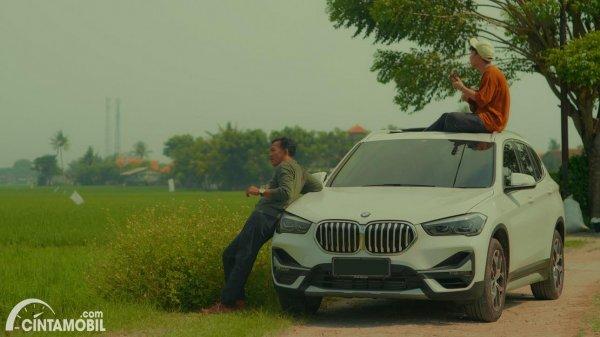 mobil BMW X1 berwarna putih di film BMW Astra