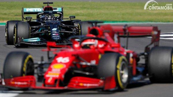 Gambar Lewis Hamilton mengintai Charles Leclerc
