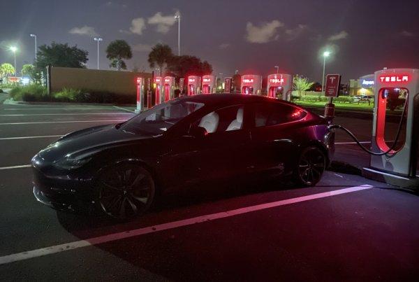 Foto salah satu stasiun pengisian daya Tesla Supercharger