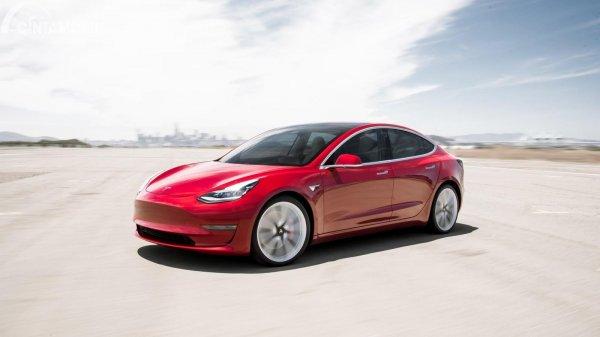 mobil listrik Tesla Model 3 berwarna merah
