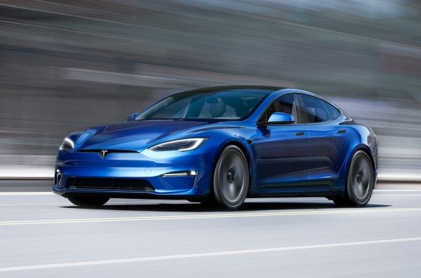 Foto menunjukkan Tesla Model S Plaid tampak samping depan