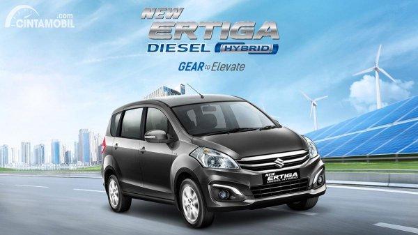 Suzuki Ertiga hybrid berwarna hitam