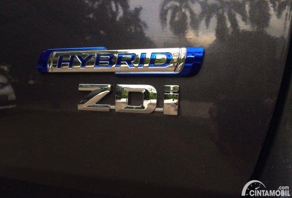 teknologi hybrid Ertiga dengan logo berwarna biru