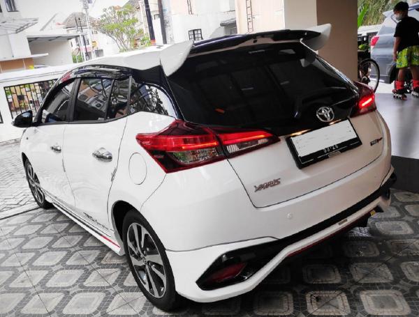 Gambar ini menunjukkan mobil Toyota Yaris TRD Sportivo 2021 tampak belakang