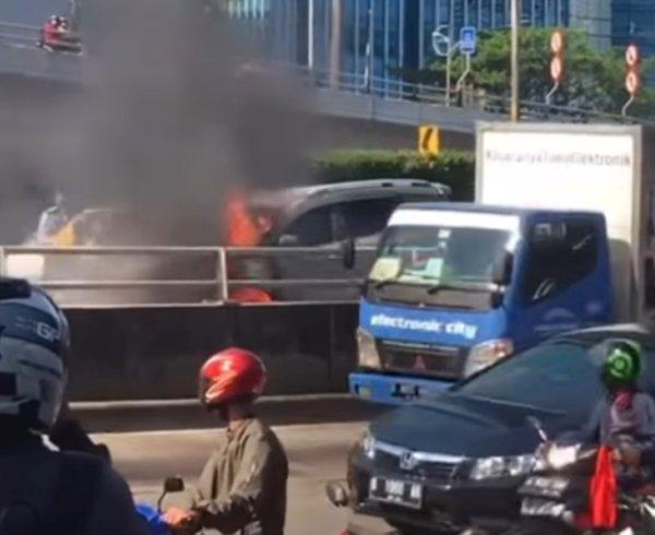 Gambar Suzuki XL7 Terbakar