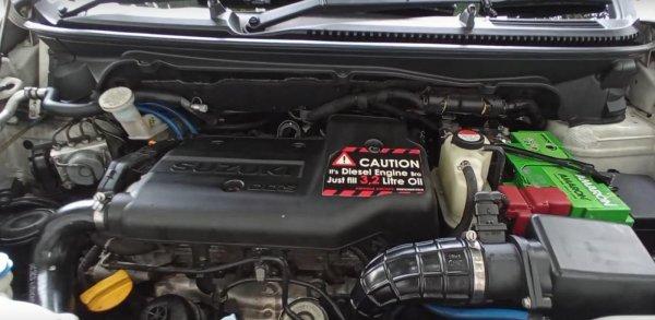 Gambar ini menunjukkan bagian mesin mobil Suzuki Ertiga Diesel