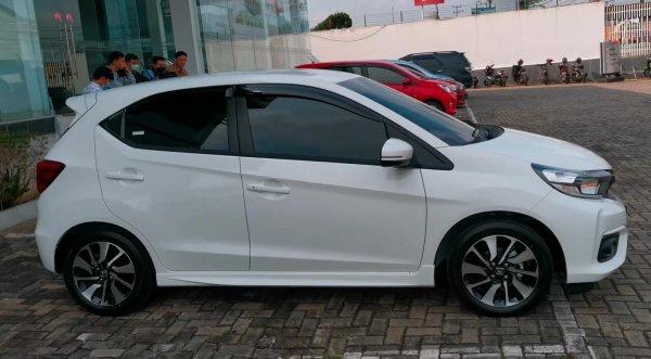 Gambar ini menunjukkan Honda Brio RS putih tampak samping