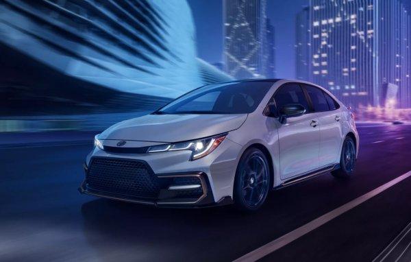 Foto menunjukkan Toyota Corolla sedan model 2022