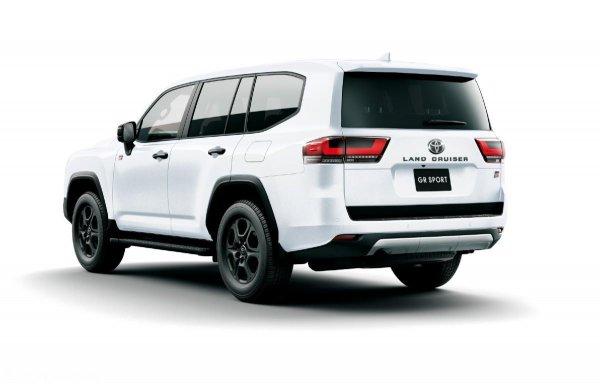bagian belakang Toyota Land Cruiser GR Sport berwarna putih