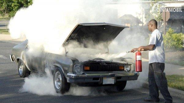 Memadamkan kebakaran mobil