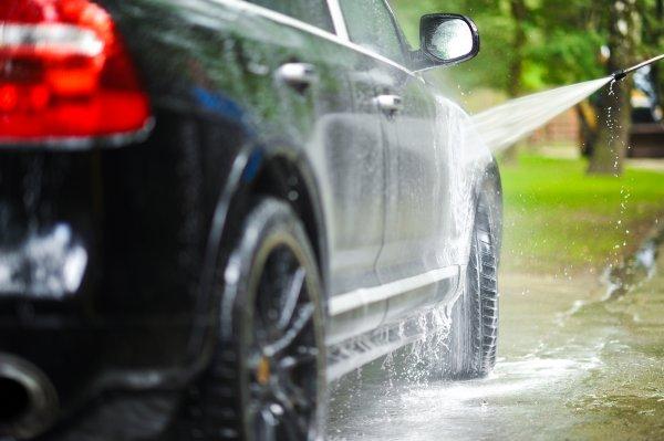 Gambar rmenunjukan Mencuci mobil