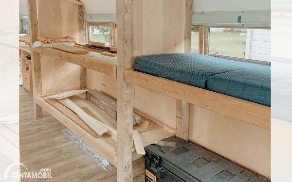 tempat tidur di dalam bus yang dimodifikasi sendiri
