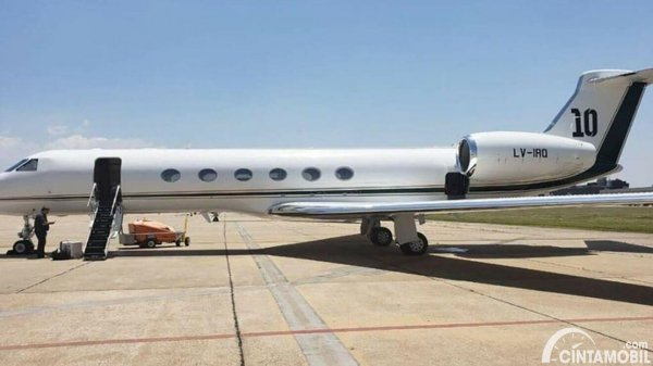 jet pribadi Lionel Messi dengan nomor 10