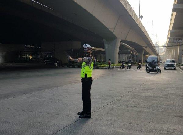 Foto menunjukkan suasana lalu lintas di bawah Tol Pancoran, bersih dan sepi