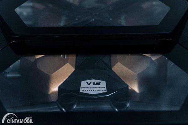 mesin Lamborghini Countach LPI 800-4 berwarna hitam