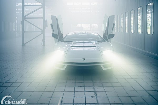 pintu gunting Lamborghini Countach LPI 800-4 berwarna putih