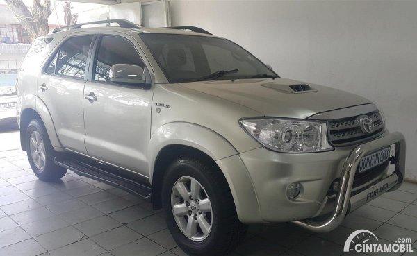 Toyota Fortuner bekas berwarna putih
