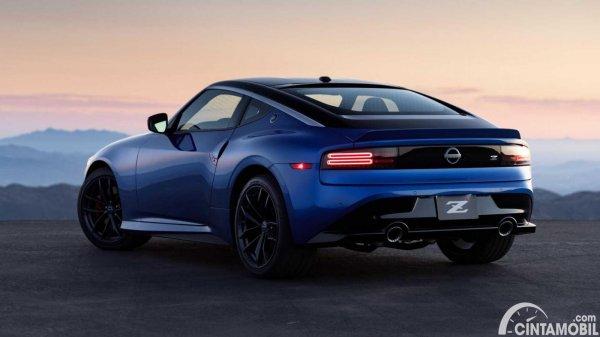 bagian belakang Nissan Z Coupe 2022 berwarna biru