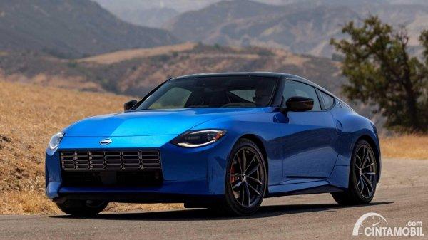 tampilan depan Nissan Z Coupe 2023 berwarna biru