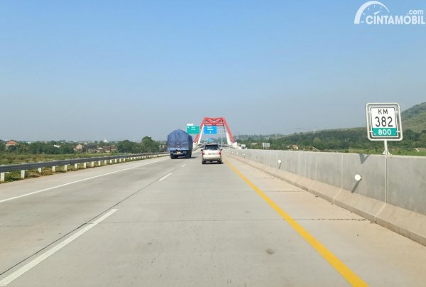 Foto menunjukkan Jalan Tol Trans Jawa ruas Batang-Semarang