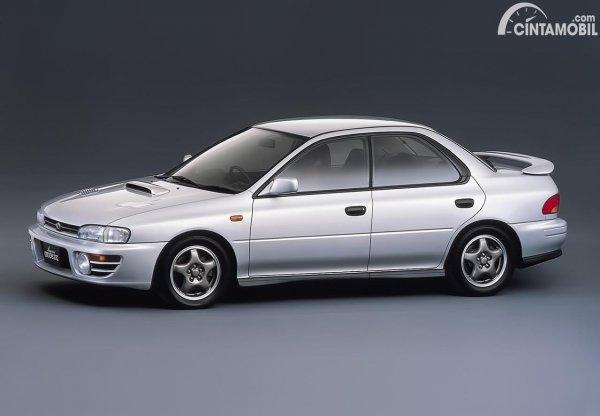 Subaru Impreza WRX berwarna putih