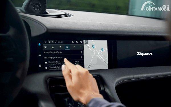 fitur Android Auto Porsche Taycan pada head unit layar sentuh