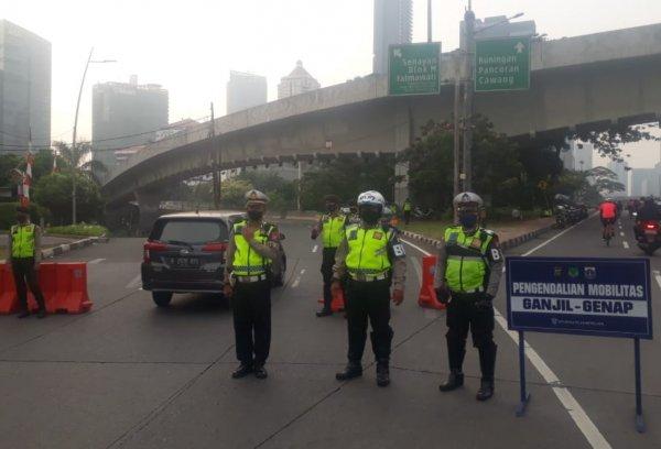 Foto menunjukkan petugas berjaga di titik Pembatasan Ganjil Genap