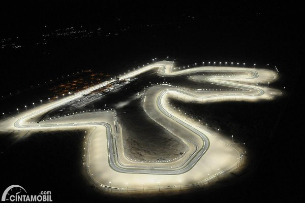 lintasan trek balap Formula 1 Qatar pada malam hari
