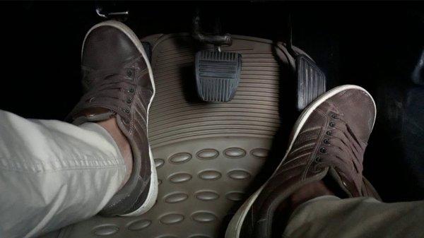 Foto menunjukkan pengemudi Menginjak pedal gas dan kopling