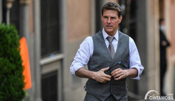 Tom Cruise pada saat syuting Mission: Impossible 7