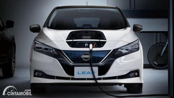 Gambar Mengisi Daya Nissan Leaf