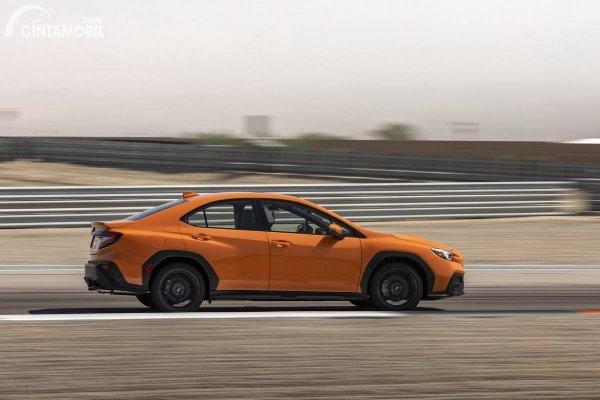 Subaru WRX terbaru sedang berkendara di jalan