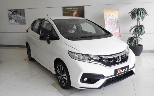 Gambar ini menunjukkan mobil Honda Jazz putih tampak depan