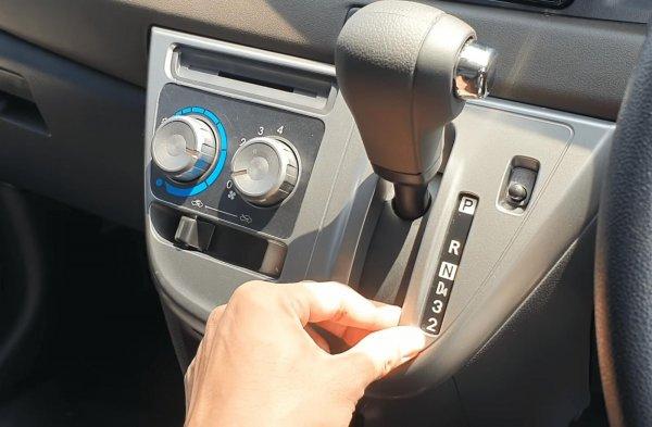 Gambar ini menunjukkan tuas transmisi mobil Toyota Calya Matic
